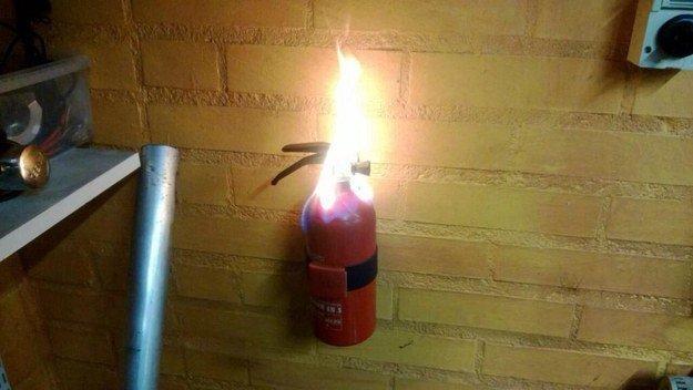 extintor en llamas
