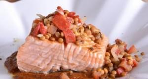Salmón-sobre-zanahorias-cremosas-con-ensalada-de-lentejas